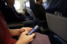 Tại sao đi máy bay lại phải tắt điện thoại?